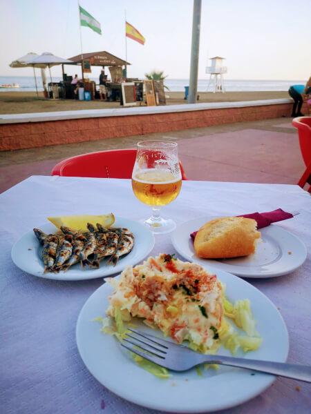 マラガのビーチに連なるレストラン